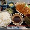 石川県白山市道法寺にあるしま崎で、お得な日替わり定食ランチ。この日はロースカツ定食。