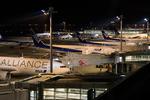 羽田空港の展望デッキから眺める飛行機と夜景。