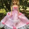 ピンクのリボンいっぱいのドレス