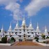13基の白亜の仏塔が映えるワット・アソカラーム(วัดอโศการาม)
