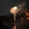 湖面で打ち上げられる花火は水面に映え、山に反響する音が大迫力!【かみせ祭】(川上村)