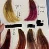 カラー剤の新色を毛束で試供中