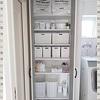白いケースで「隠す収納」にしたい♪見た目すっきりな脱衣所の収納棚♪