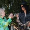 ガンズ・アンド・ローゼズのスラッシュ、L.Aの動物園でパフォーマンス決定(Slash performs at L.A Zoo)
