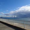 雲へ続く明石海峡大橋。
