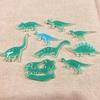 少しやわらかい色の恐竜バッチ