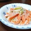 『もち麦と玉ねぎのマリネのサーモンサラダ』のレシピ【オリゴ糖を含むたまねぎで腸活③】