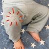 1歳2ヶ月息子、ダメージズボンをはきこなす。半年のハイハイ期間はかなり長かったようです。