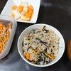 炊き込みご飯、豚汁、漬物、切り干しサラダ