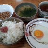 目玉焼と納豆と味噌汁