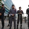 タイ、バンコクの路上で警察に写真を撮られる