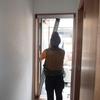 3階のバルコニーのドアに後付けの網戸を取り付ける