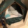 テントを室内に建てる我が家。