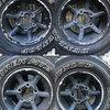 泥だらけのタイヤをダートスコートで清掃する