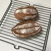 クランベリークルミ入りライ麦パン、じゃがいもとキャベツのオムレツ