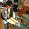 5年生:図工 電動糸のこで板を切る