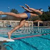 競泳選手に爆発的筋力発揮(ストリームラインスクワットジャンプとスクワットランジジャンプは、水泳選手にとって有用な2種類のプライオメトリックエクササイズであり、スタート時とターン時に壁を使って行われるフルエクステンションに焦点を合わせている)