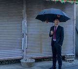【カモフラ飯】意識の高いビジネスパーソンは、傘で炭水化物を補給する