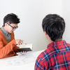 英会話教室での上達率は同席者の平均レベル次第