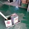 工場の床を塗装中