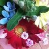 枯れた植物と、小さな花束