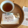 『サニーヒルズ南青山』まずは試食!パイナップル、りんごケーキに温かい烏龍茶をお味見してから購入できます。