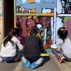 昭和の銭湯の窓が、子供たちのペイントで「ステンドグラス」に!!【シェアアトリエの閉館イベントレポート】