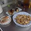 幸運な病のレシピ( 1925 )朝:コウグリ・鶏もも下ごしらえ、もも肉ジックリ焼き、鮭かま、鮭、味噌汁、マユのご飯