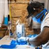 バルセロナの露天商がヒーローに。マスク製造をはじめた移民の若者たち