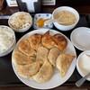 焼餃子定食の餃子は、もちもちでライスおかわりしなくても、お腹いっぱいになります。 (@ 曲家餃子)