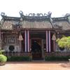 迷路のような民家の中にひっそりと建つ神社