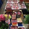 イチゴ1 店頭に並んでいたイチゴはとちおとめ(栃木県産),あまおう(福岡県産),さちのか(佐賀県産).今まで購入したことのなかった「あまおう」はかなりの美味.ほかにも「ひのしずく」「さがほのか」「紅ほっぺ」「きらぴ香」など,沢山の品種が開発・栽培されているようです.産業として栽培されるようになったのは第二次大戦後しばらく経ってからというイチゴ.ここにまで来るのには生産者の涙ぐましい努力が.