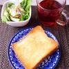 厚切りトースト、ポテトサラダ、紅茶。