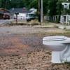 トイレの洋式トイレのふたが離れて聴力を失う危機に直面した事例