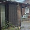 ある日の朝方のことである。一匹の猫が軒下で雨やみを待っていた。