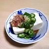 晩酌の付き出し小鉢 オクラとかつお節の奴豆腐 より。