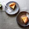 チーズケーキと津軽金山焼のプレート