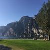 青い空と湖。山肌に芝生 〜 トレンティーノ・アルトアーディジェから、ひとコマ