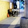 タイ(金)を売る人、路上商売を始める子供。
