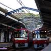 《京急》【写真館402】夏も終わりかけ夕方に日ノ出町で並ぶ赤い電車