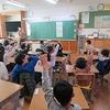 1年生:学級の時間 通知表をもらう