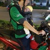 【物議を醸している】 赤ちゃん連れのバイクタクシー・ライダーのニュースを見て