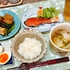 焼鮭、厚揚げとつるむらさきのピリ辛炒めなど
