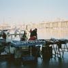 マルセイユ旧港の魚市場になぜピストル?