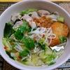 【今日の食卓】頭痛で仕事を休み、昼食はクイッティオ・ナーム(米粉麺の汁そば)。センレック(細麺)使用。一口食べて頬が緩んだ。毎回味付けが微妙に違い、今日は甘味が少し強い。センミー(極細麺)が好きだけど、スープの味付けによってどちらが合うか変わってくる。 Kuitiao nam senkek moo. Aroi. #タイ料理 #サルちゃんのタイ料理三昧ブログ #フォー