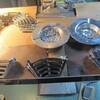 天ぷらを揚げる鍋に取り付ける網を作りました。1個1個の手作業です。