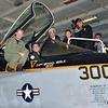 【毎日新聞】米空母視察の安倍首相、戦闘機の操縦席に乗り込み写真撮影…対外的に誤解を招きかねない