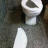 ホテルのトイレの蓋が割れてしまった!