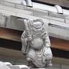 祇園の町家の屋根にいる、個性豊かな人たち=鍾馗(しょうき)さんを激写