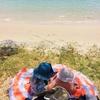 ぎゃーぎゃーうるさい乳児と幼児。現実逃避のビーチピクニック。その結末は...